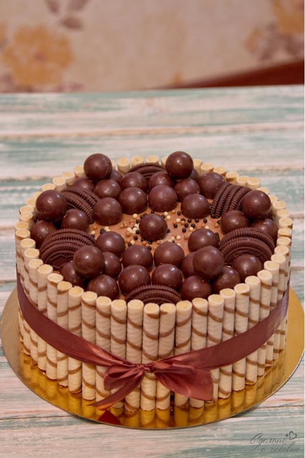 Украшение торта вафельными трубочками