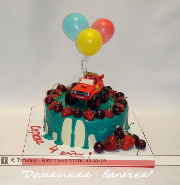 Торт с ягодами и машинкой