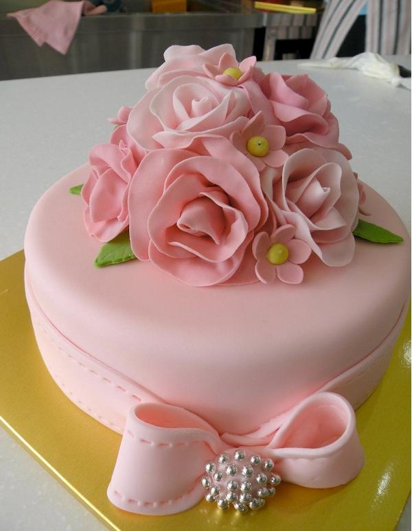 Белый торт с цветами из мастики